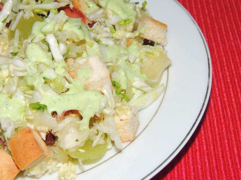 salada-de-repolho-acelga-uvaspassas-chips-de-bacon-croutons-ao-molho-de-salsa.jpg